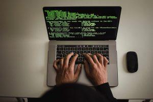 Persona tecleando que es un ransomware